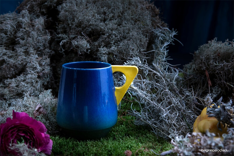 Mug bleu à anse jaune en porcelaine