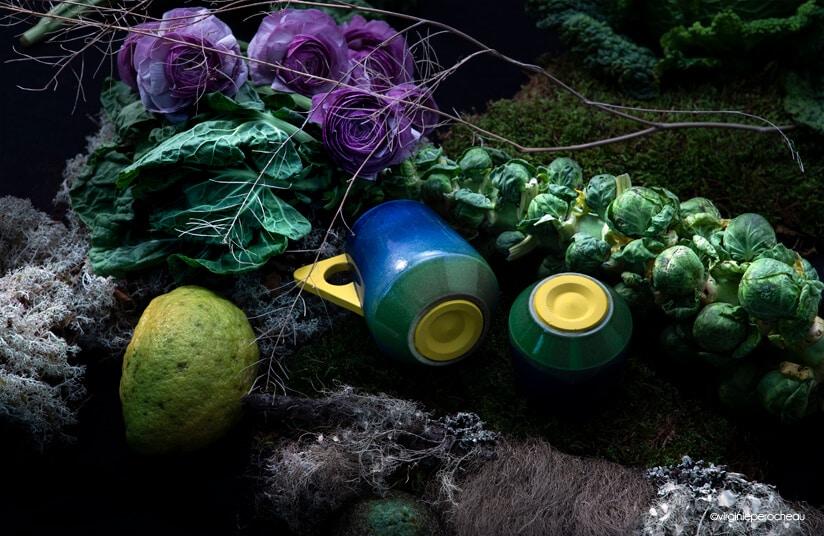 Mug bleu à anse jaune et tasse en porcelaine