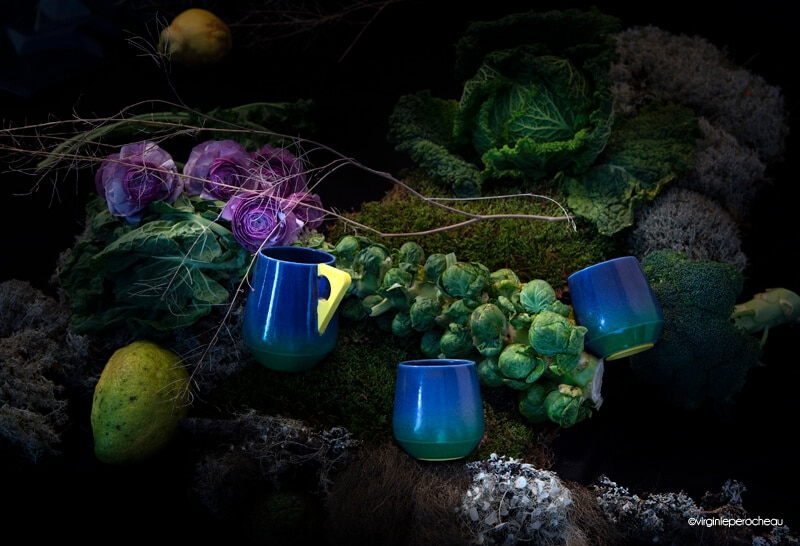 Mug bleu à anse jaune et tasses en porcelaine