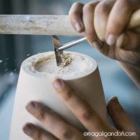 Tournage plâtre d'une théière Fait main à l'atelier