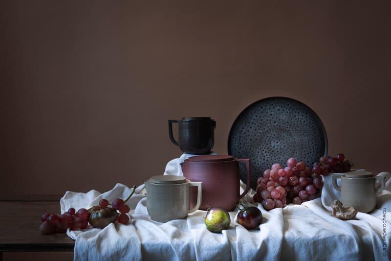 Nature morte de céramiques artisanales en grès