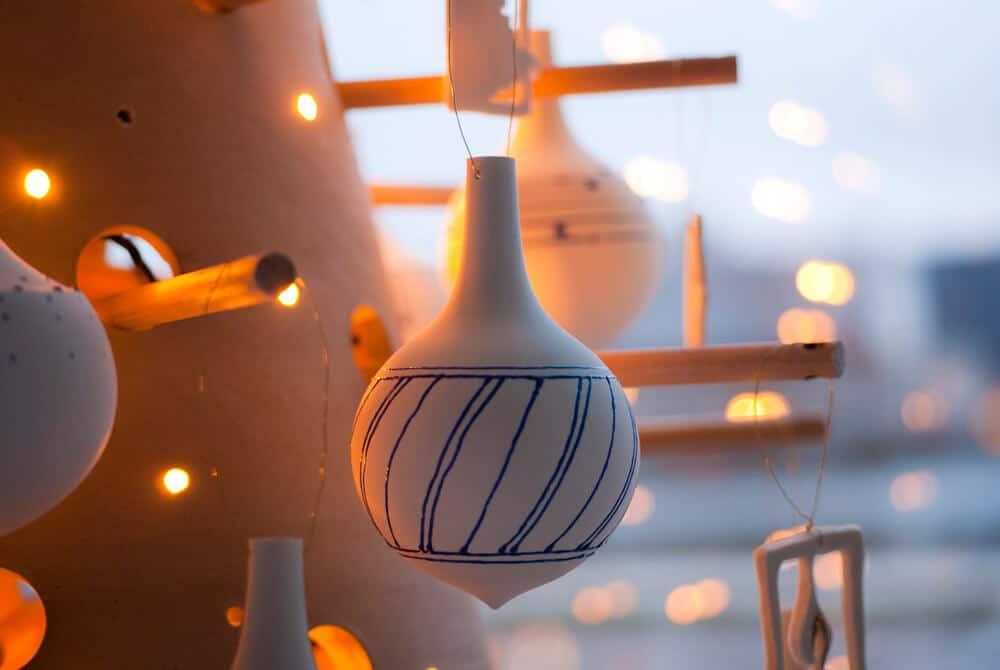 Boule de Noël décorée à l'émail bleu