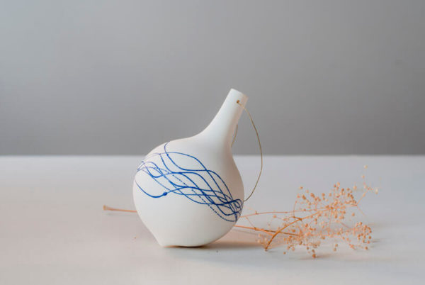 Boule de Noël en porcelaine décorée à l'émail bleu