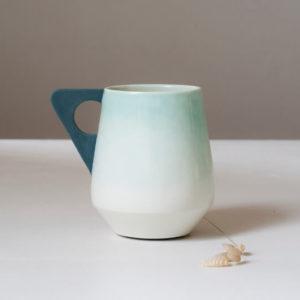 Mug vert à anse grise en porcelaine