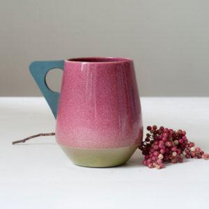 Mug rose à anse grise en porcelaine