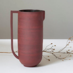 Pichet rouge en céramique artisanale