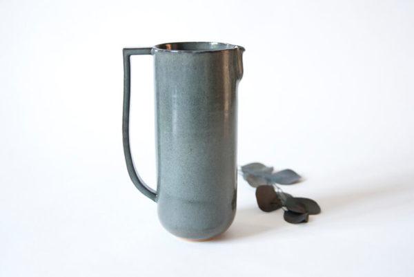 Pichet gris en céramique artisanale