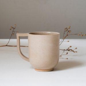 Tasse beige en céramique