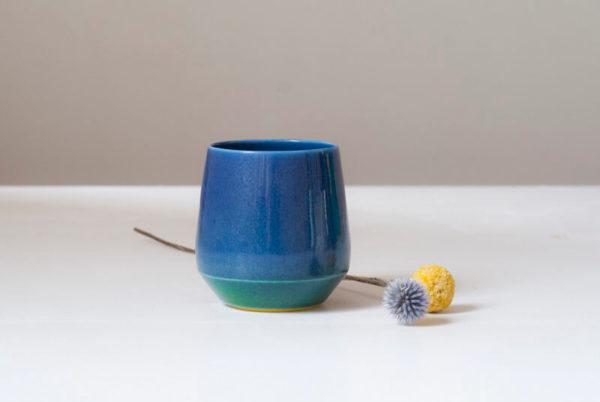 Tasse bleue en porcelaine