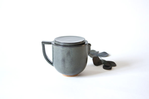 Théière individuelle grise en céramique artisanale