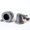 Théière individuelle grise en céramique, accompagnée de son filtre et capuchon