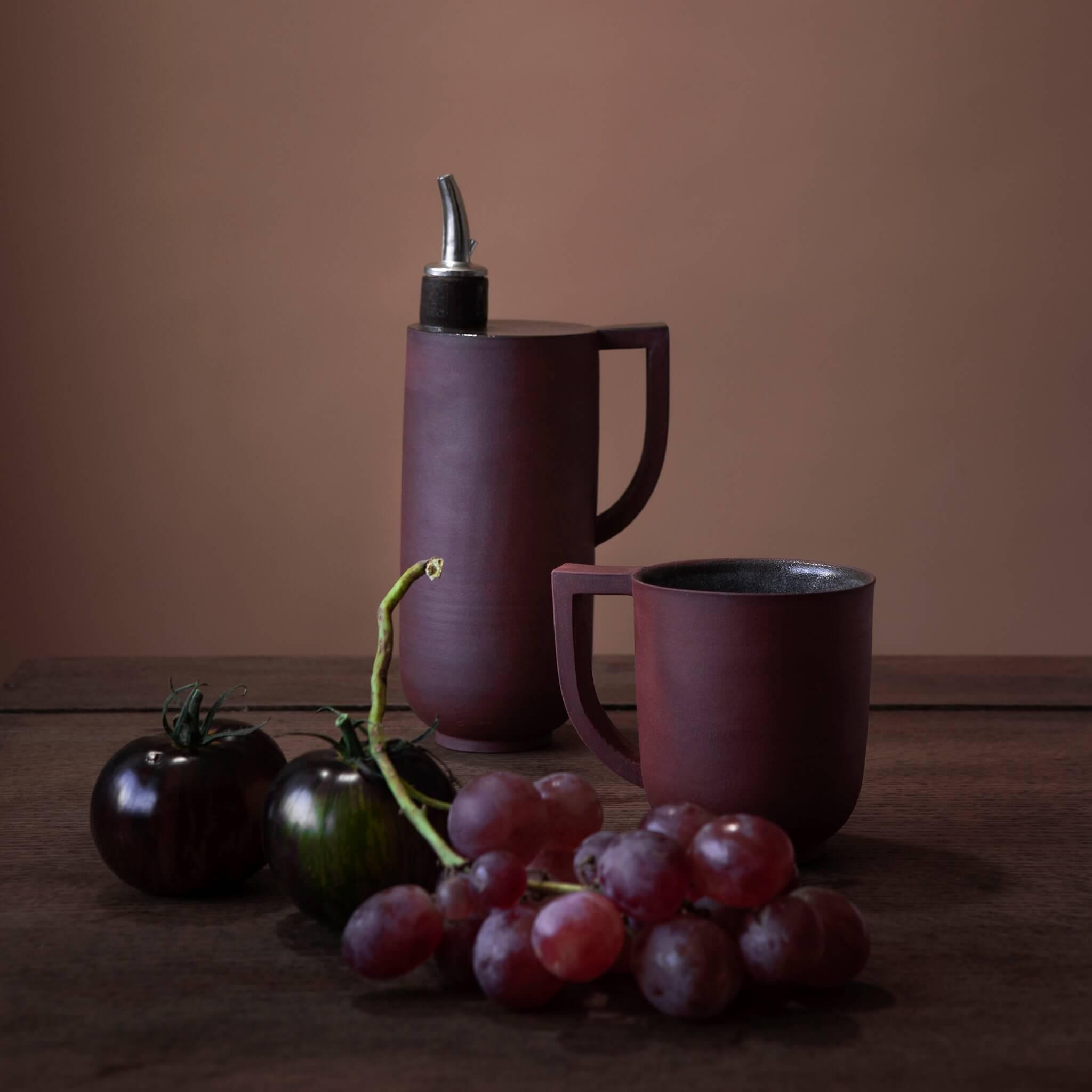 Huilier à anse et tasse rouge en céramique artisanale