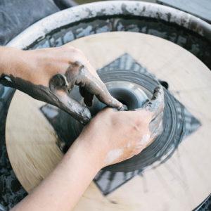 Mains de potière tourant un bol
