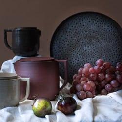 Théières artisanales en grès et grande assiette