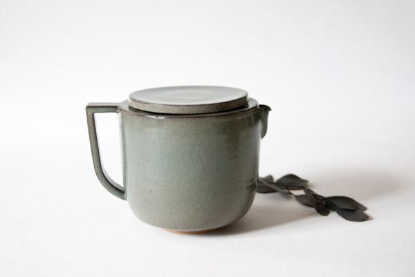 Théière familiale grise en céramique artisanale